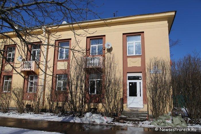 На улице Воскова продолжают уродовать дом №6