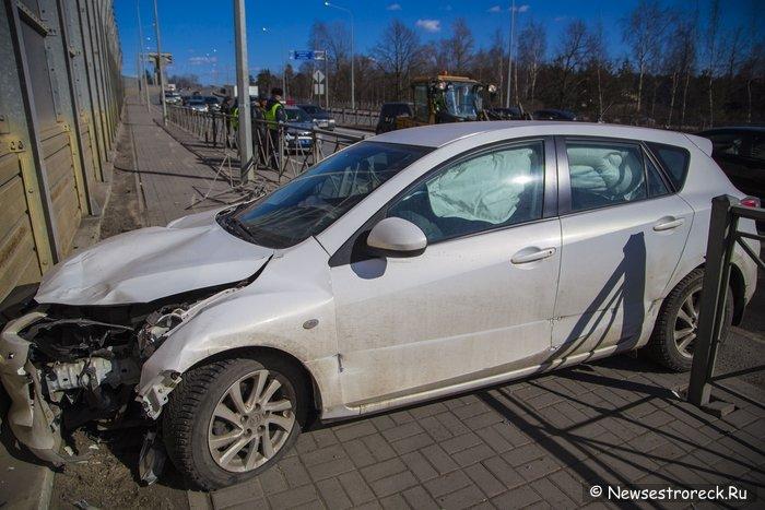 В Сестрорецке женщина на Mazda3 совершила ДТП