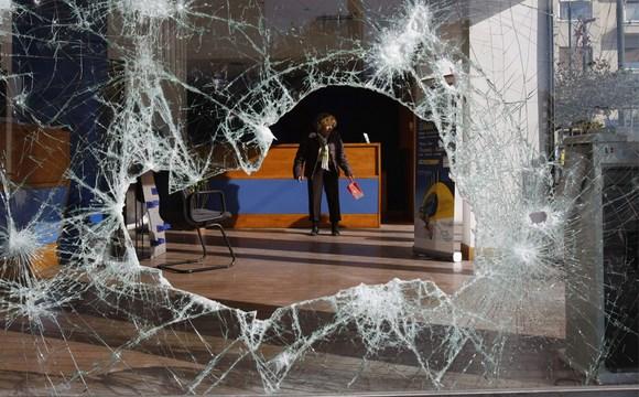 В Сестрорецке пьяный мужчина разбил витрину кафе