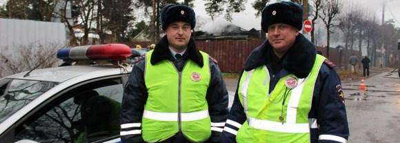 Инспекторы ДПС спасли семейную пару из горящего дома