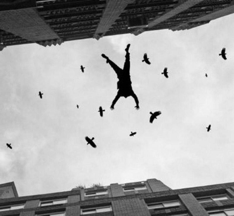 В Сестрорецке с 10-го этажа выпал мужчина в плавках