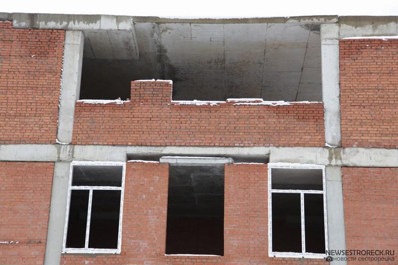 В 434 школе в Разливе, в примыкающем новом здании, устанавливают стеклопакеты в окнах